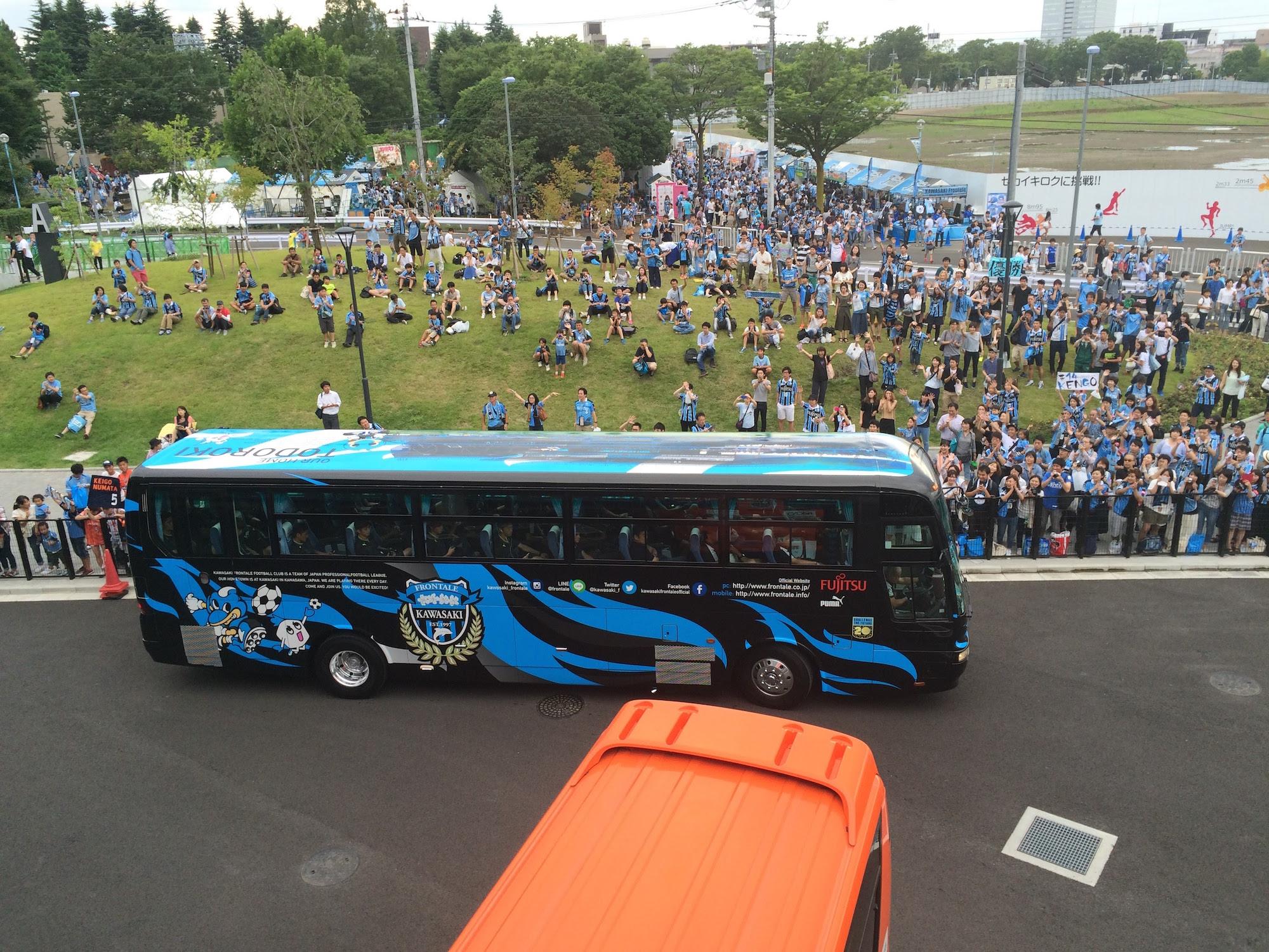 川崎フロンターレの選手バス