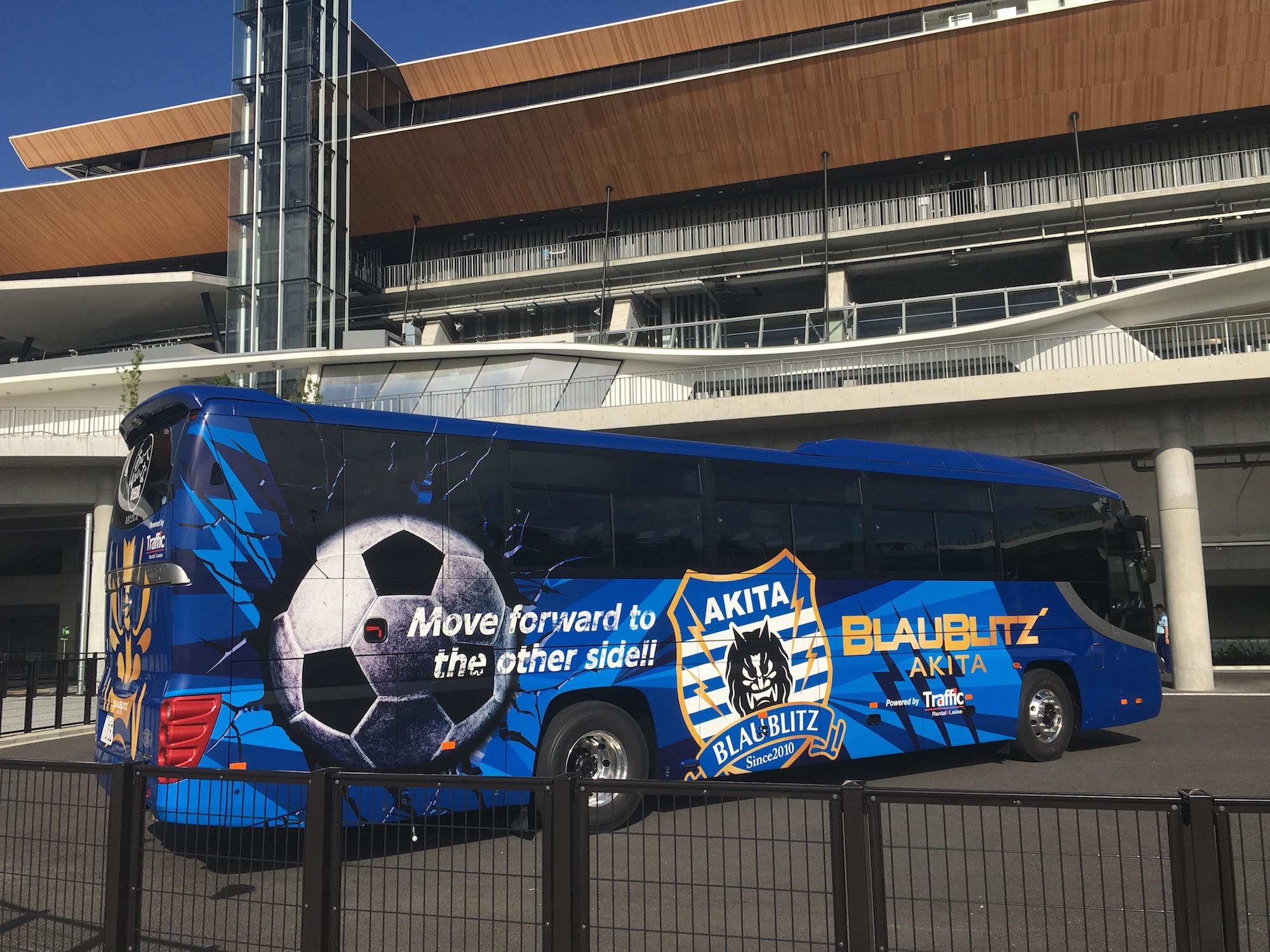 ブラウブリッツ秋田の選手バス